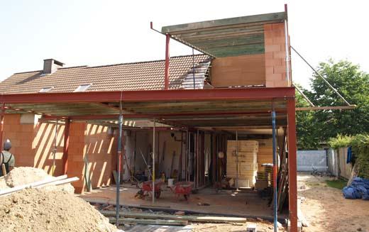 De bouw van een nieuw hellend dak - Kantoor onder het dak ...