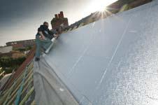 Hoe kan ik mijn hellend dak isoleren aan de buitenzijde?