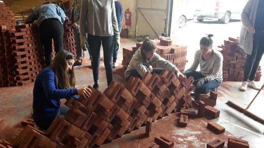 Studenten architectuur zetten baksteen naar hun hand - Architectuur en constructie ...