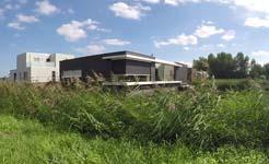 Moderne woning met glas-op-glas-hoekraam met zicht op de natuur