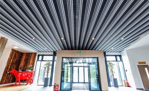 Lineair plafondsysteem van vilt