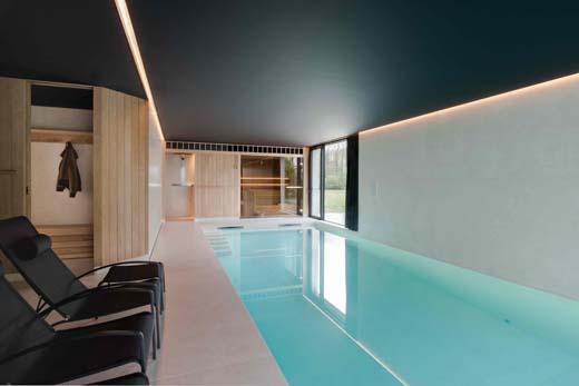 Binnenzwembad, sauna en spa worden één dankzij grootformaat tegels