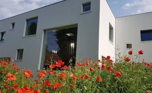 Mijn Huis Mijn Architect: Een witte monoliet vol van perforaties