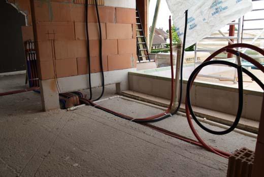 Plan de plaatsing van de sanitaire leidingen goed op tijd