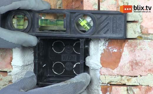 Hoe plaats je een inbouwdoos in een stenen muur?