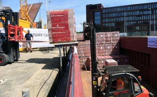 Binnenschepen voeren bouwmaterialen aan