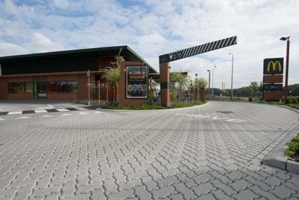 Bestrating in betonstraatstenen met verbrede voegen