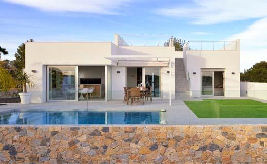 Spaans buitenverblijf in volle opbouw maar zonder bouwvergunning
