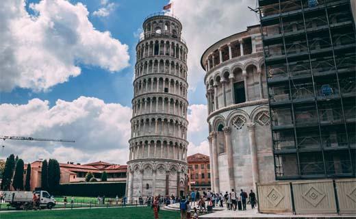 De toren van Pisa staat wat minder scheef