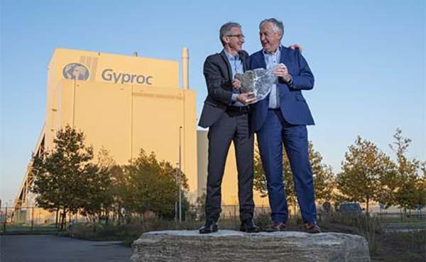 Rini Quirijns, Managing Director Gyproc, geeft fakkel door aan Dirk De Meulder
