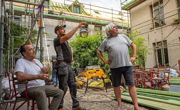 140 Jaar oude huisjes Neefsteeg in Antwerpen krijgen nieuw dak