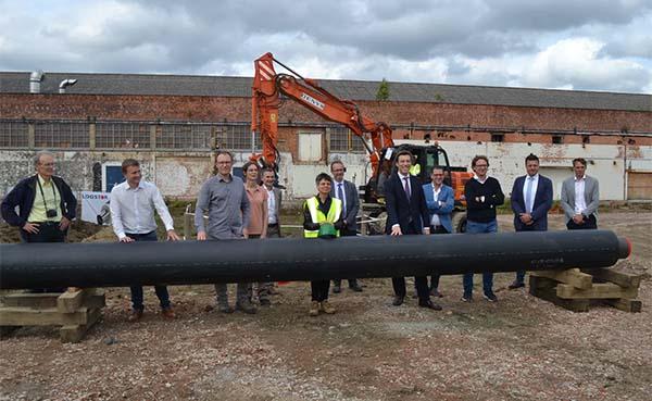 Provinciegouverneur legt eerste buis van coöperatief warmtenet op Minerve-site