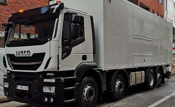 Overmat-neemt-compacte-vrachtwagen-voor-EPS-isolatiemortel-in-productie