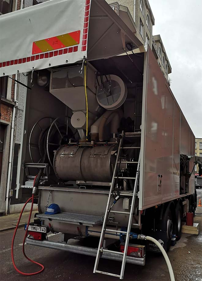 Overmat neemt compacte vrachtwagen voor EPS-isolatiemortel in productie