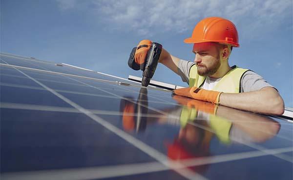 Zelf zonnepanelen plaatsen: hoe doe je dat?
