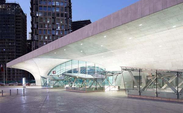 Hunter Douglas Architectural creëert een complex bloemenplafond voor Qatar Metro