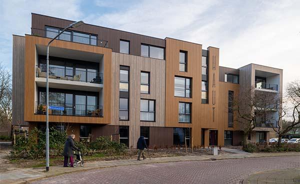 Een onderhoudsarme, natuurlijke gevel voor appartementencomplex HAUT