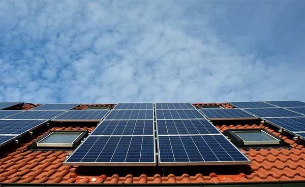 Dit zijn de voordelen én nadelen van zonnepanelen op je dak