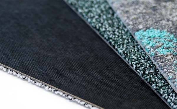 Interface-stopt-met-bitumen-backing-op-tapijttegelcollectie