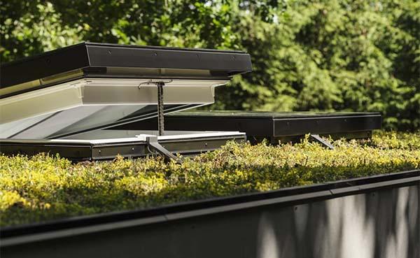 Velux introduceert een nieuwe generatie platdakvensters met glazen afwerking