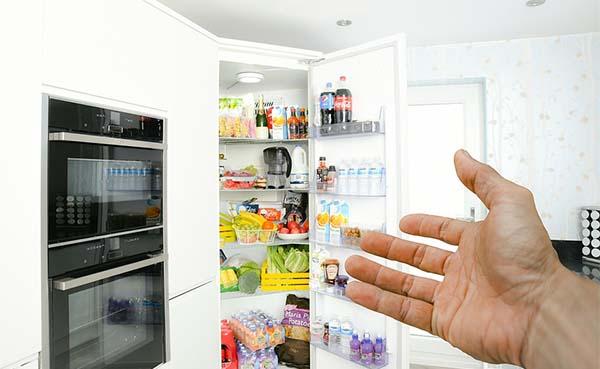 Slimme koelkasten met verse maaltijden veroveren bedrijfskantines