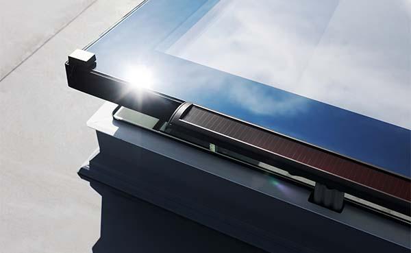 Fakro lanceert platdakraam op zonne-energie