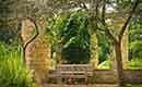 Je tuin sfeervol inrichten met een tuinbank